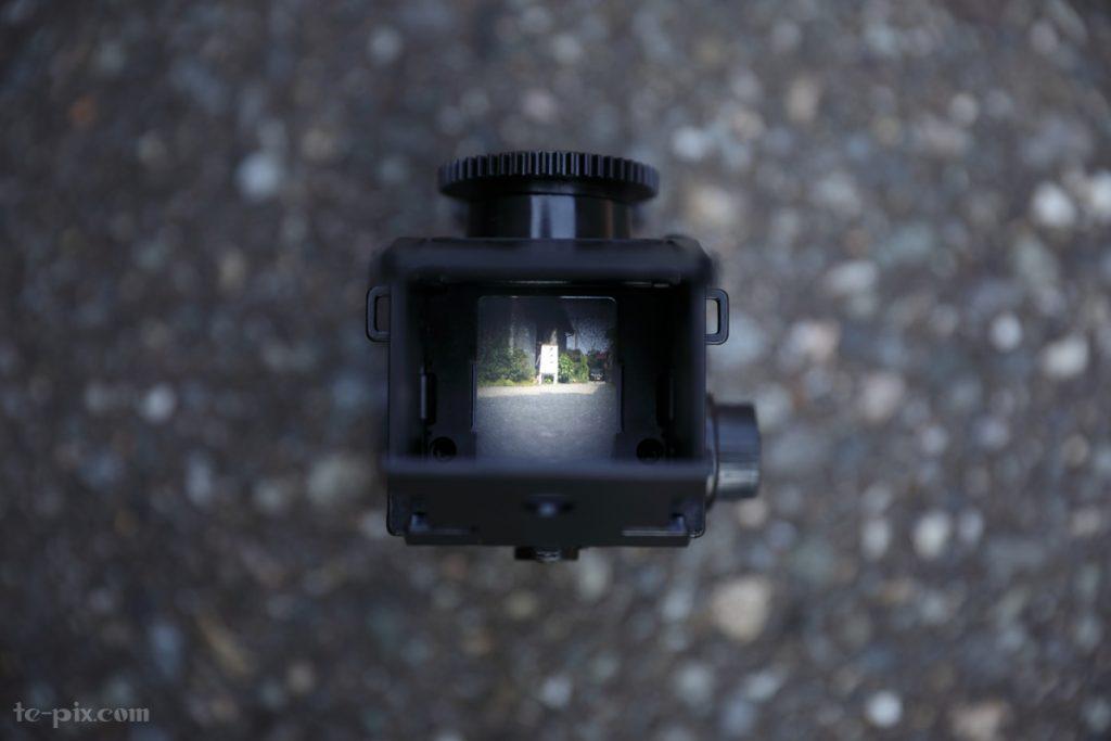 二眼レフカメラのスクリーンに景色が映る